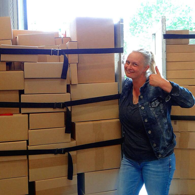 Simone Wertz bei der Warenkontrolle