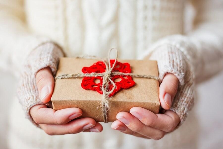 Frau mit liebevoll gestaltetem Päckchen